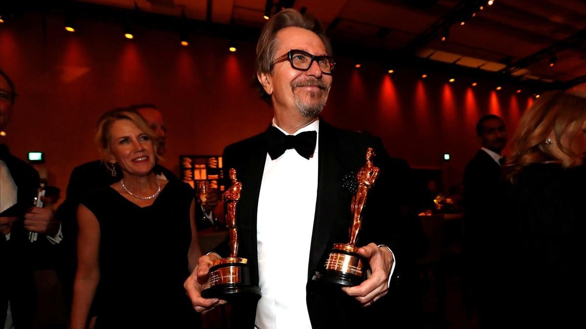 lmmarco42416124 file photo gary oldman holds his oscar for best actor and f180307124923