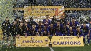 La plantilla del Barça posa con el trofeo de la Supercopa de Catalunya en la final ganada al Espanyol en Lleida por penaltis (4-2)