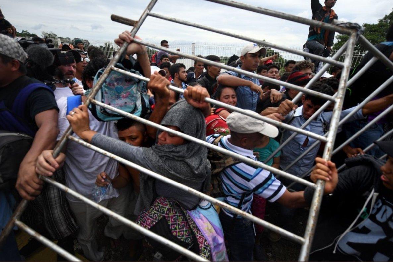 Migración Eeuu Hondureños Rompen Cerco Policial Y Entran A México