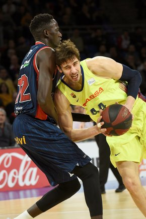 El barcelonista Ante Tomic (d) intenta anotar una canasta ante Baskonia.