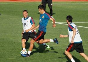 Santi Cazorla (i) durante el último entrenamiento de la selección española.
