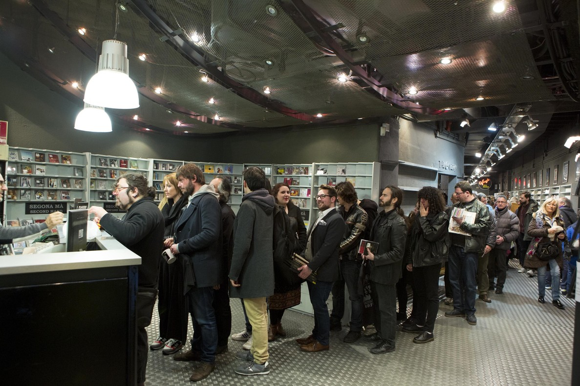 Colas en la tienda de Discos Castellóde la calle de Tallers de clientes qe querían aprovechar los descuentos después de anunciar el cierre definitivo.