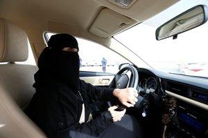 Mujer saudí conduce un coche en Riad.