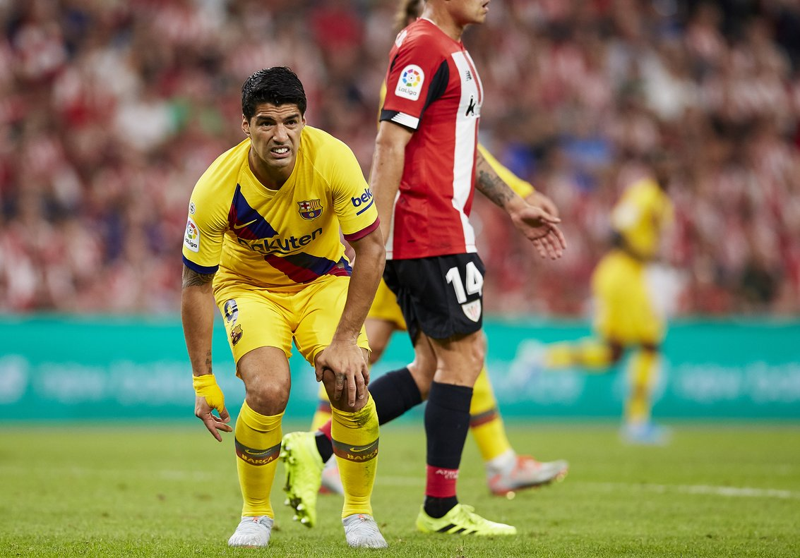 Luis Suárez se queja de molestias durante el partido.