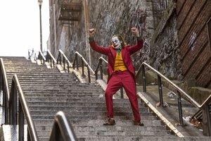El Joker (Joaquin Phoenix) se pone el mundo por montera al ritmo de 'Rock'n'roll part 2', de Gary Glitter, en un fotograma de la escena icónica de 'Joker'.