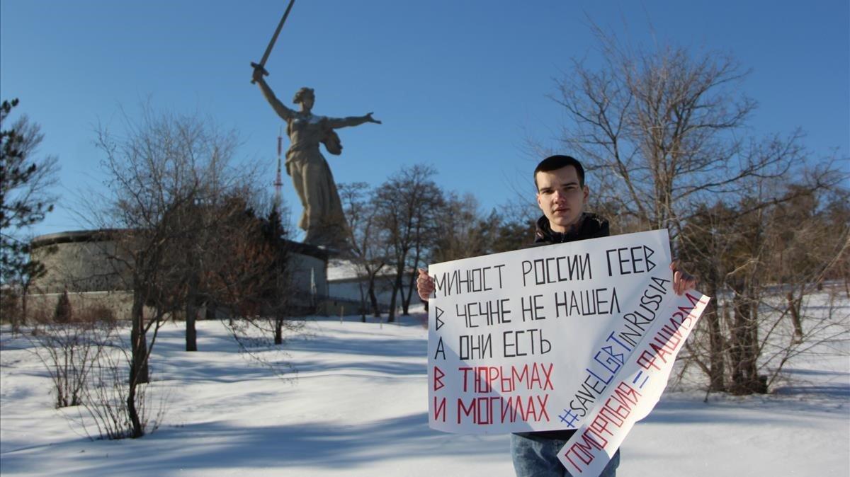 El activista LGTB Vladislav Freydin posa con un cartel contra la homofobia.