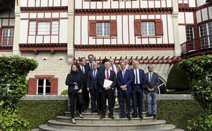 Asistentes al acto disolución de ETA en Cambo-Les-Bains, en la puerta del palacio de Arnaga.