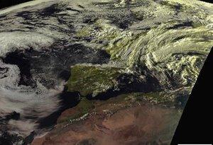 En el resto del país estará poco nuboso o despejado, con algunos intervalos de nubes bajas en el extremo norte peninsular,