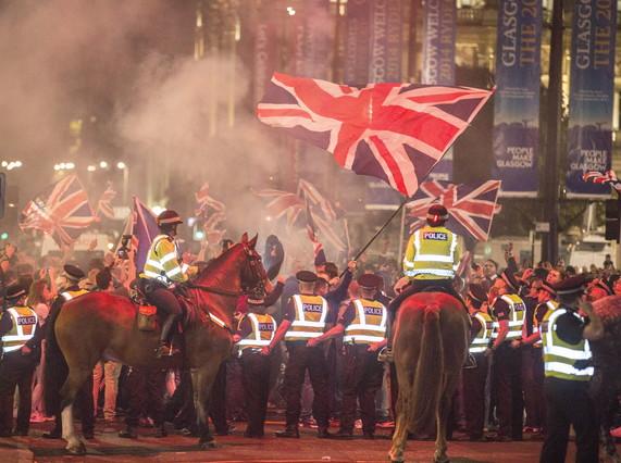 Agentes de policía intervienen en los desórdenes registrados anoche en Glasgow.