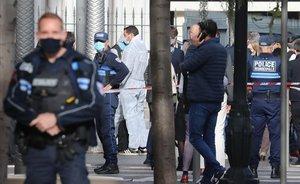 Agentes de policía en el lugar donde se ha producido el ataque con cuchillo, en Niza.