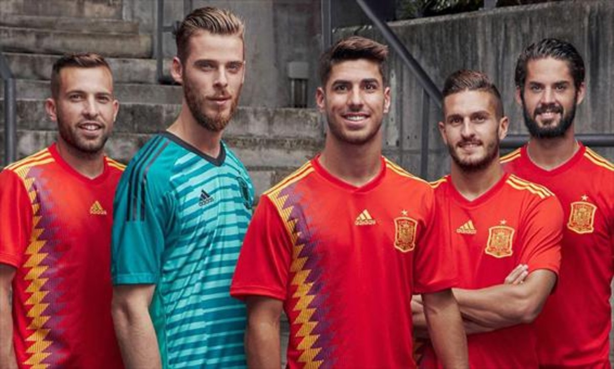 Alba, De Gea, Asensio, Koke e Isco lucen la nueva camiseta de la selección.