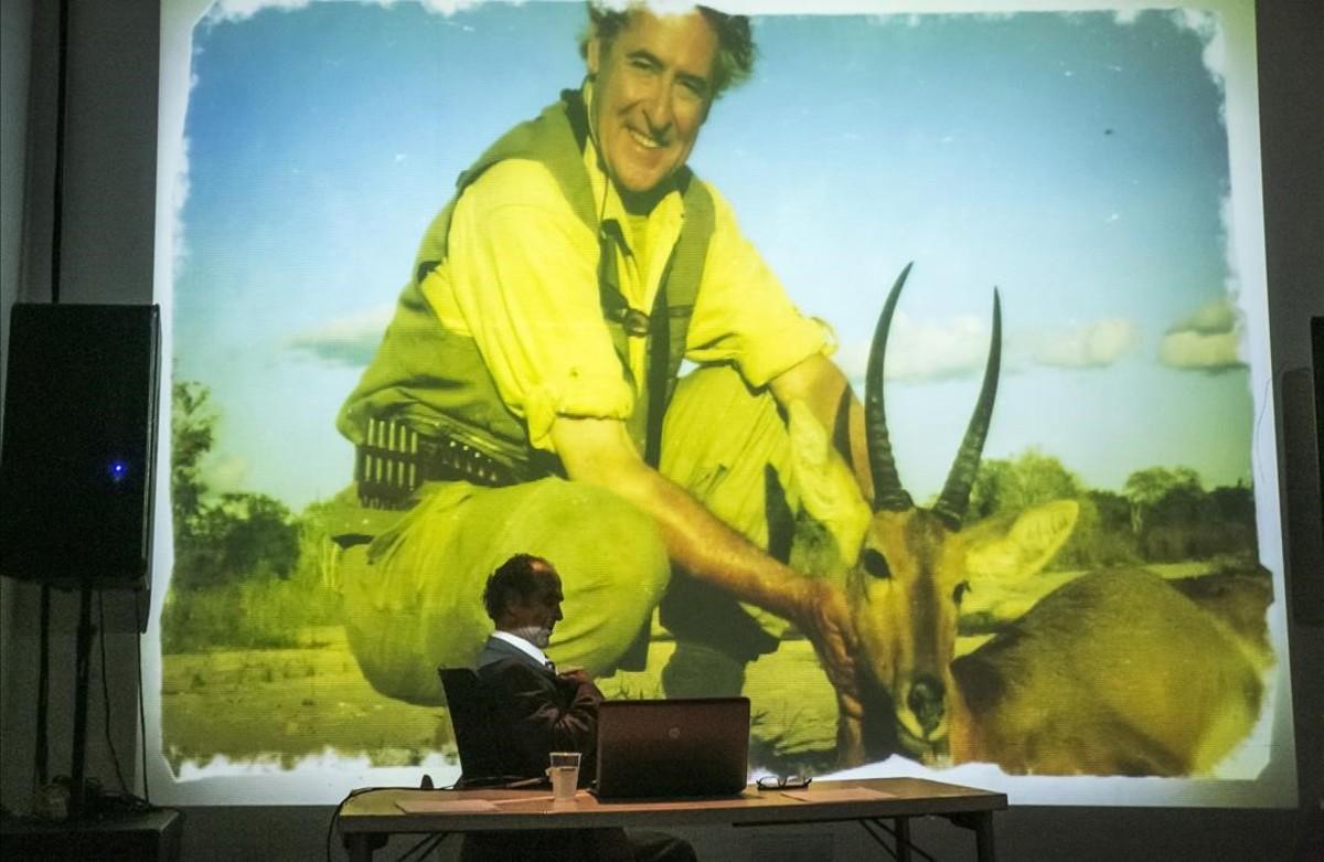 Albert Pérez, en el papel de Blesa, en un ensayo de Hazte banquero, sobre los correos reales del expresidente de Caja Madrid, que estrena el Poliorama en el marco del festival Grec.