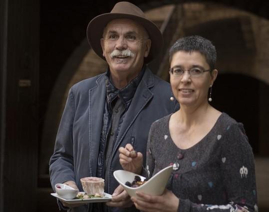 Los autores del libro, Eudald Carbonell y Cinta Bellmunt, con dos platosde inspiraciónpaleolítica.