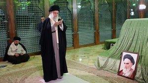 El presidente iraníHasán Rohaníy el nieto del ayatoláJomeini, Hasán Jomeini, visitan el Mausoleo del padre de la República Islámica.