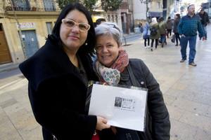 Antonia Uceda e Isabel Parra, dos de las agraciadas con el segundo premio que se ha vendido en L'Hospitalet, este lunes.