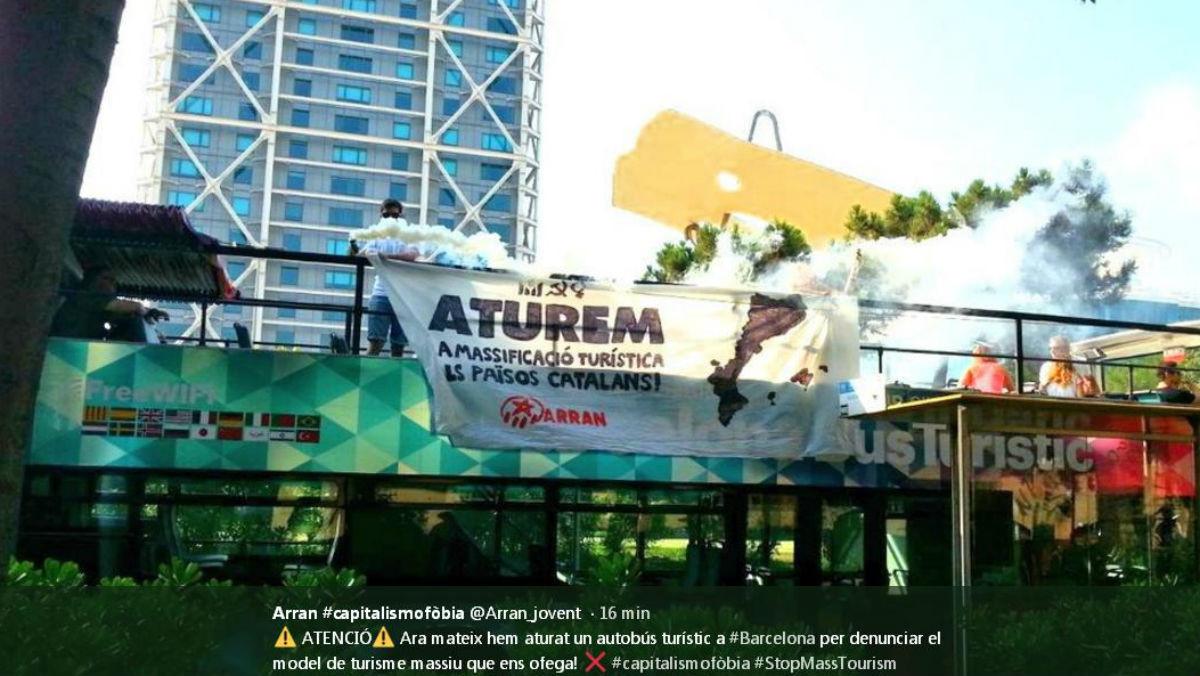 Bus turístico ocupado por Arran.