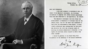 Arthur Balfour, en una foto de 1925, y la carta que envió a Lord Rothschild.