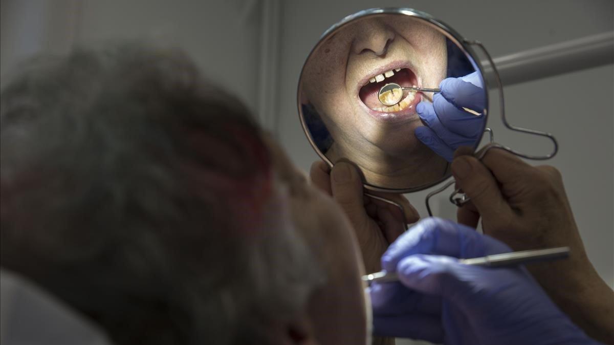 Barcelona presenta su primer dentista municipal