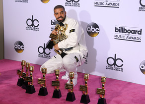 Drake posa con todos lospremios obtenidos en la gala de los premiosBillboard celebrada este domingo enLas Vegas (EEUU).