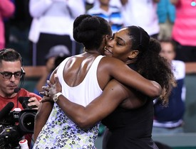 Las hermanas Williams se abrazan tras el partido.