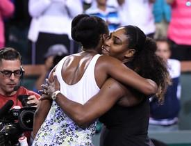 Las hermanas Williams se abrazan tras el partido.