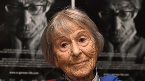 Brunhilde Pomsel, ante un póster de la película documental Una vida alemana, en Múnich, el 29 de junio del 2016.