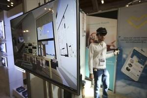 VISITA EN 3D. Unas gafas y una aplicación permiten modificar la realidad en una visita a una vivienda.