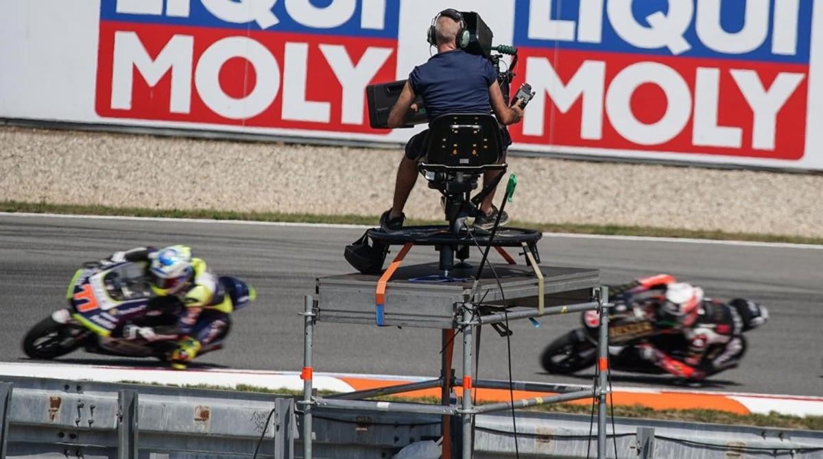 Un cámara de Dorna TV sigue el desarrollo de la carrera de Moto3, el pasado domingo, en Brno.