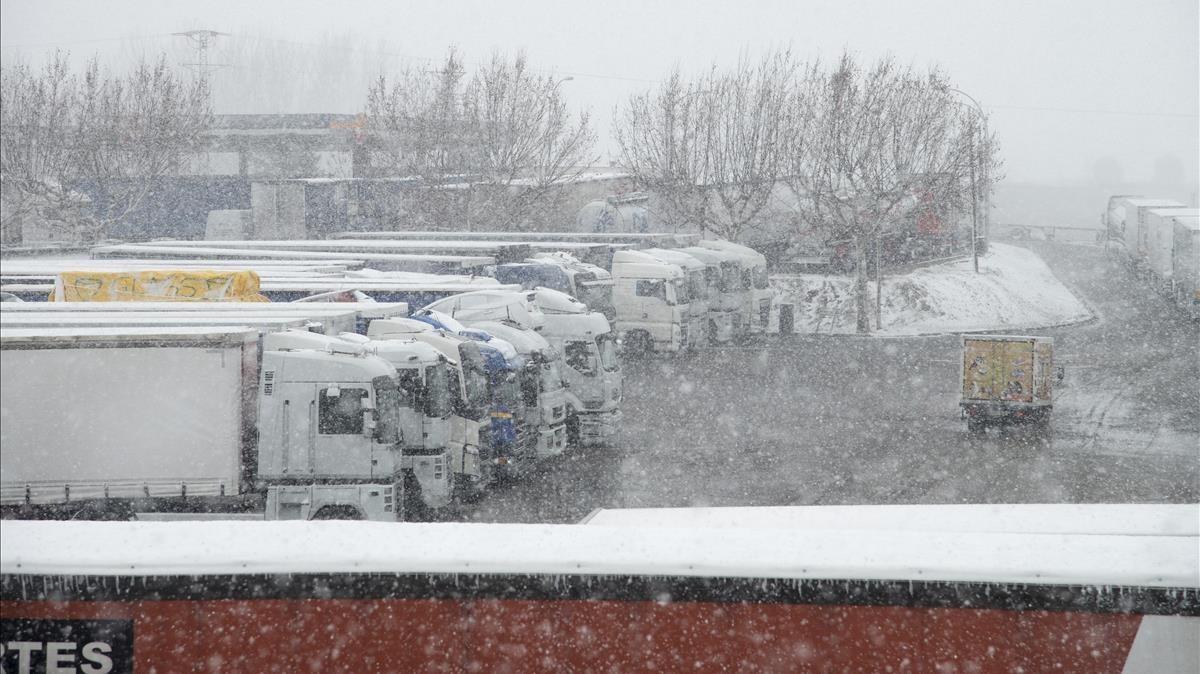 Camiones parados en la A-2 a la altura de Bell.lloc.