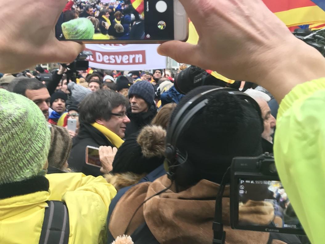 Carles Puigdemont se hace visible en medio de los manifestantes.