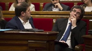 El 'president' Carles Puigdemont y el vicepresidente Oriol Junqueras, en el hemiciclo del Parlament.