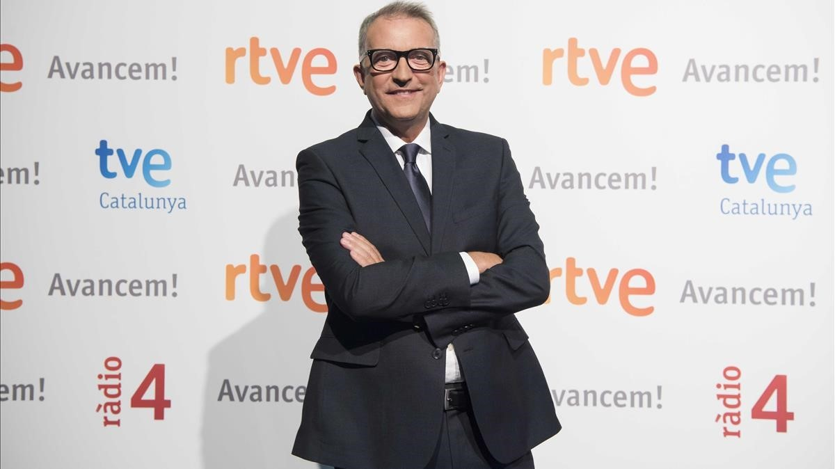 El sacerdote Carlos Fuentes, presentador de Ara i aquí, en TVE-Catalunya.