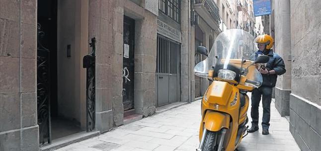 Un cartero de la calle de Sant Pere Mitjà, a punto de entregar un carta.