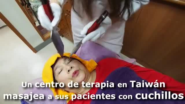 Angelina Hsiao trabaja en un cuarto silencioso del centro de Taipei donde 'masajea' la espalda, cabeza y cara de sus pacientes con cuchillos desafilados en un intento de aliviarlos de sus dolores.