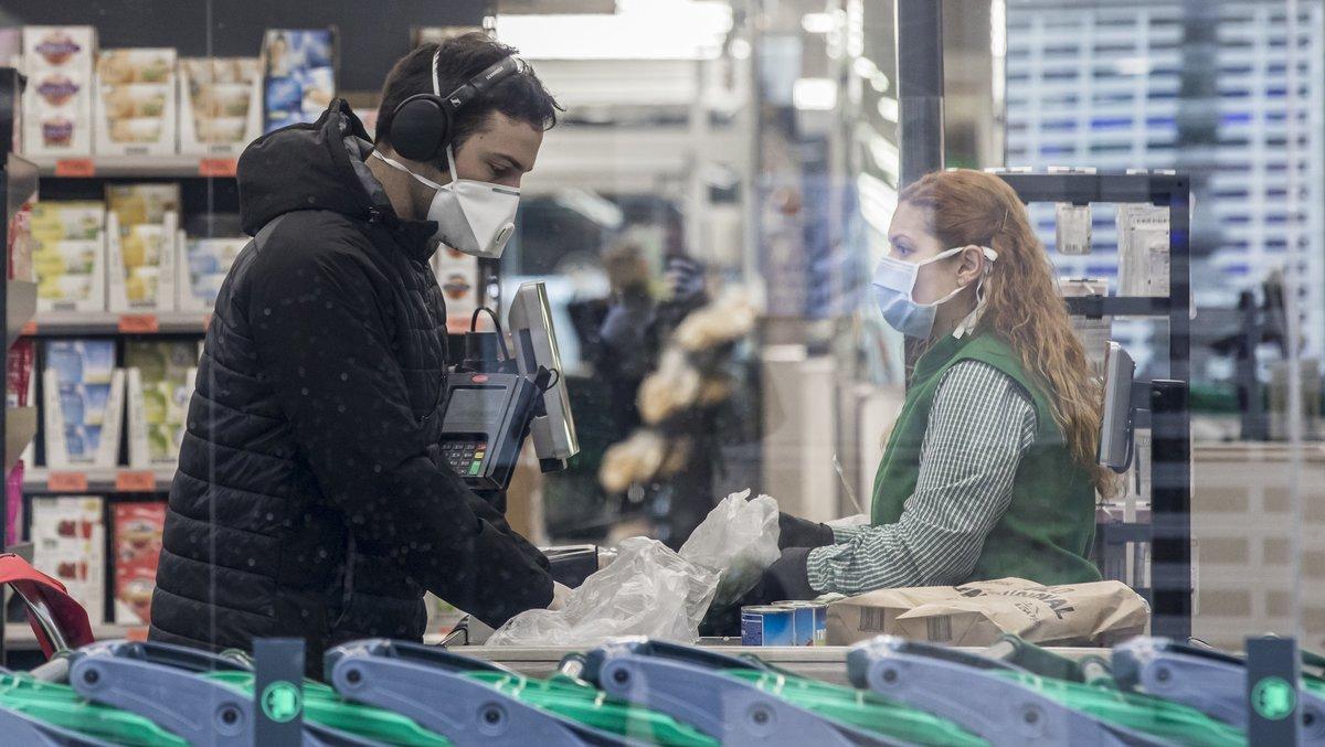 Un cliente pasa por caja en un Mercadona de València.