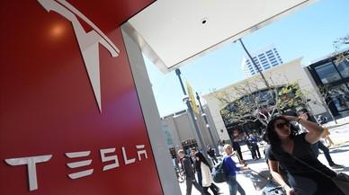 Tesla pierde un 16% más pero sube en bolsa