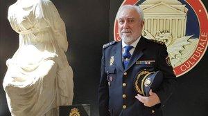El consejero de Interior de la embajada de España en Roma, Domingo Suárez, con dos de las esculturas robadas.