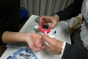 Control de azúcar en sangre con un glucómetro.