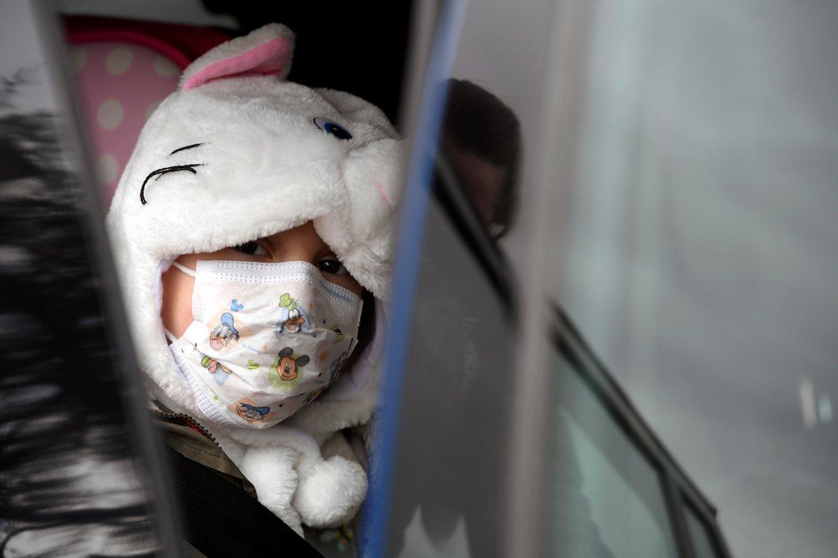 Una chica sale del Hospital Universario Central de Asturias durante la crisis del coronavirus.