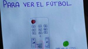 Un net dibuixa les instruccions perquè el seu avi pugui veure el futbol a la tele