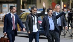 Cuixart y Sànchez saludan a amigos y seguidores, el lunes 16 de octubre en Madrid.