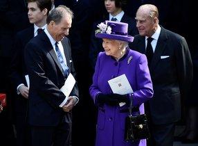 David Armstrong-Jones conversa con su tía, la reina Isabel, en Westminster Abbey, Londres, en abril del 2017.