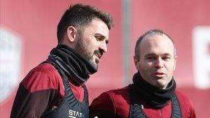 David Villaen su primer entrenamiento en Japón, junto a Andrés Iniesta.