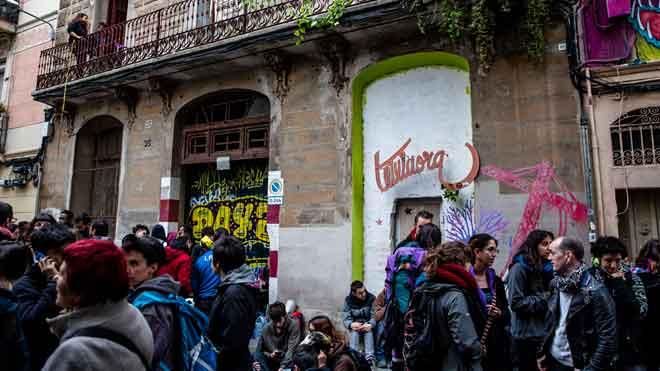 Decenas de personas se concentran para evitar el desalojo de Casa África, en Barcelona.