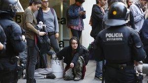 Los Mossos desalojan un bloque okupado en Gràcia