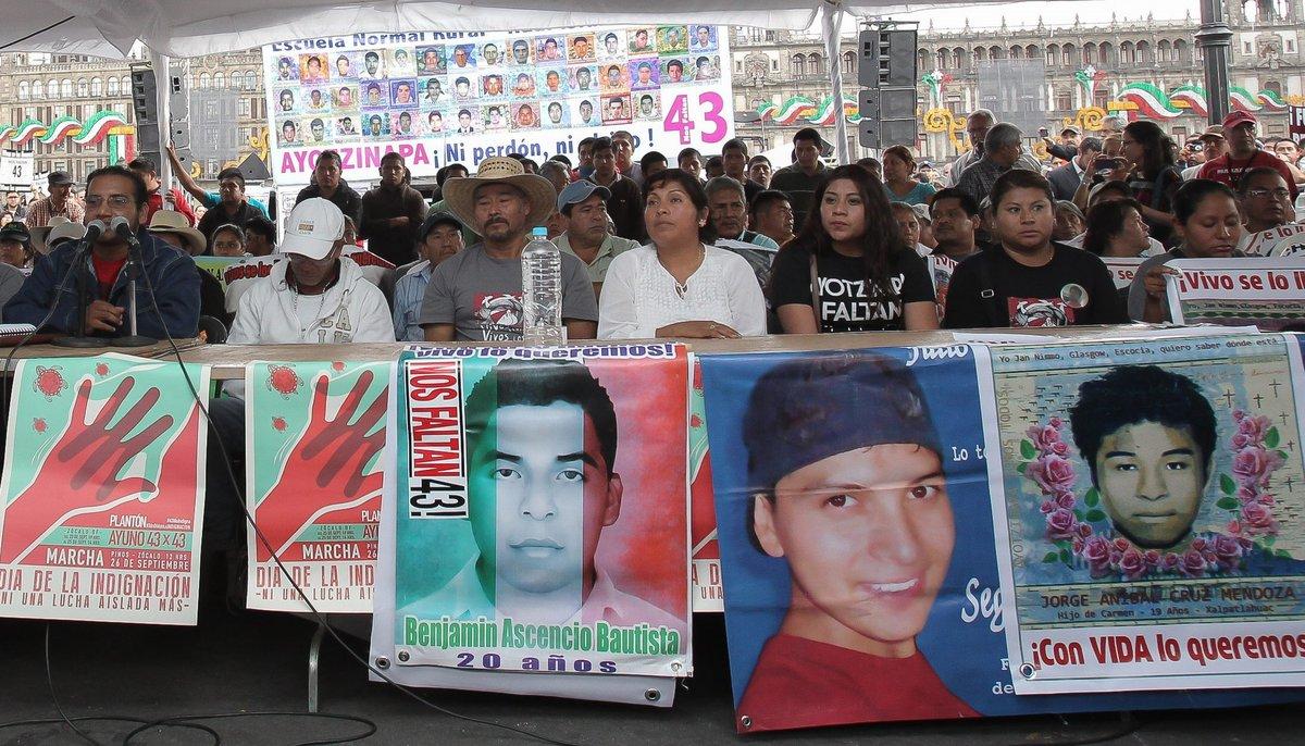 Jóvenes que apoyan a los familiares de los normalistas desaparecidos en Iguala.