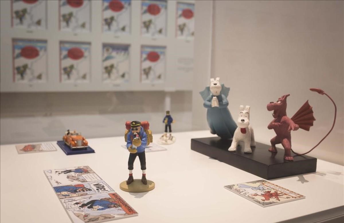 Detalles dela muestra del Museu dHistòria de Catalunya sobre las influencias de la vida real que el dibujante belga Hergé trasladó a Tintín en el Tíbet.