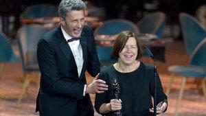 El director polaco Pawel Pawlikowski, con la productora Ewa Puszczynska, tras recibir el premio a la mejor película europea por Cold war.