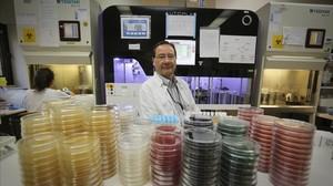 El doctor Tomàs Pumarola, en uno de los laboratorios del edificio de microbiologia del Hospital de la Vall d'Hebron.