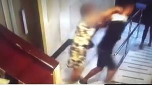 Un momento del enfrentamiento entre una de las ancianas y el atracador.